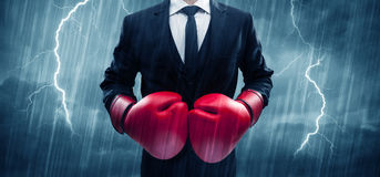 Εγκιβωτισμός επιχειρηματιών στη βροχή Στοκ φωτογραφίες με δικαίωμα ελεύθερης χρήσης