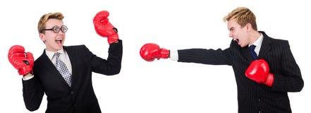 Εγκιβωτισμός δύο επιχειρηματιών που απομονώνεται στο λευκό Στοκ Εικόνες