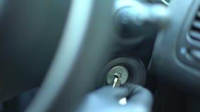 Εγκληματική αρχική μηχανή αυτοκινήτων με τα εργαλεία, επιλογή κλειδαριών, κλοπή αυτοκινήτου στην πόλη απόθεμα βίντεο