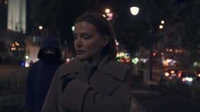 Εγκληματική stealing θηλυκή τσάντα πόλεων στη σκοτεινή οδό τη νύχτα, απειλή ζωής, κίνδυνος απόθεμα βίντεο