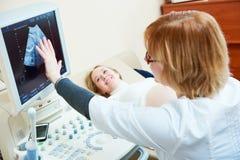 Εγκυμοσύνη δοκιμής υπερήχου Gynecologist που ελέγχει την εμβρυϊκή ζωή με τον ανιχνευτή Στοκ Φωτογραφία