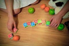 Εγκυμοσύνη και κύβοι στις λέξεις στοκ εικόνες