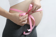 Εγκυμοσύνη & κορδέλλα Στοκ φωτογραφία με δικαίωμα ελεύθερης χρήσης