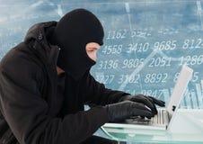 Εγκληματίας στην κουκούλα στο lap-top μπροστά από τη διεπαφή αριθμών διανυσματική απεικόνιση