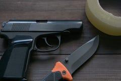 Εγκληματικός εξοπλισμός ειδήσεων πυροβόλο όπλο, μαχαίρι, ταινία αγωγών στοκ εικόνα με δικαίωμα ελεύθερης χρήσης
