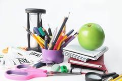 Εγχειρίδια, προμήθειες της Apple και σχολείων στο άσπρο υπόβαθρο Φωτογραφία με το διάστημα αντιγράφων Στοκ φωτογραφίες με δικαίωμα ελεύθερης χρήσης