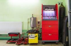 Εγχυτήρας που επισκευάζει τη μηχανή στο πρατήριο βενζίνης αυτοκινήτων Στοκ εικόνα με δικαίωμα ελεύθερης χρήσης