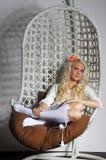 Εγχώρια άνεση και ένα καλό κορίτσι Στοκ φωτογραφίες με δικαίωμα ελεύθερης χρήσης