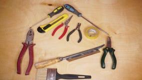 Εγχώρια ανακαίνιση, αναδιαμόρφωση και έννοια DIY, εργαλεία εργασίας που συνθέτει μια μορφή σπιτιών απόθεμα βίντεο