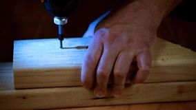 Εγχώρια βελτίωση με την ξυλεία και τα ασύρματα τρυπάνια φιλμ μικρού μήκους