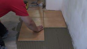 Εγχώρια βελτίωση, ανακαίνιση - handyman βάλτε το κεραμίδι στο πάτωμα δωματίων φιλμ μικρού μήκους