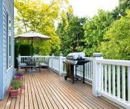 Εγχώρια γέφυρα και patio με τα υπαίθρια έπιπλα και BBQ κουζίνα με το β Στοκ Εικόνες