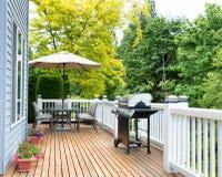Εγχώρια γέφυρα και patio με τα υπαίθρια έπιπλα και BBQ την κουζίνα Στοκ Εικόνες