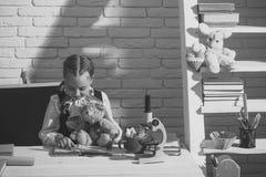 Εγχώρια εκπαίδευση Τάξη και χρονική έννοια μελέτης Μαθήτρια με το χαμόγελο Στοκ Εικόνες