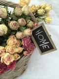 Εγχώρια εσωτερική διακόσμηση: μια ανθοδέσμη των ξηρών όμορφων τριαντάφυλλων Στοκ φωτογραφίες με δικαίωμα ελεύθερης χρήσης