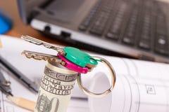 Εγχώρια κλειδιά, δολάριο νομισμάτων και εξαρτήματα για τη χρήση στις εργασίες μηχανικών, έννοια εγχώριων δαπανών οικοδόμησης Στοκ Φωτογραφίες