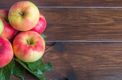 Εγχώρια μήλα στον ξύλινο πίνακα στο αριστερό στοκ φωτογραφίες με δικαίωμα ελεύθερης χρήσης