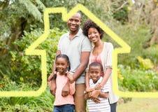 Εγχώρια περίληψη με την οικογένεια που στέκεται στο πάρκο Στοκ Εικόνες