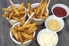 Εγχώρια τηγανητά στα κύπελλα για τα πρόχειρα φαγητά και τις σάλτσες Στοκ Εικόνες