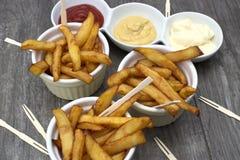 Εγχώρια τηγανητά στα κύπελλα για τα πρόχειρα φαγητά και τις σάλτσες Στοκ Φωτογραφίες