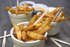 Εγχώρια τηγανητά στα κύπελλα για τα πρόχειρα φαγητά και τις σάλτσες Στοκ εικόνα με δικαίωμα ελεύθερης χρήσης