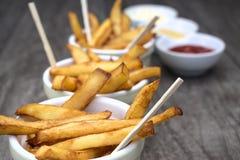 Εγχώρια τηγανητά στα κύπελλα για τα πρόχειρα φαγητά και τις σάλτσες Στοκ φωτογραφία με δικαίωμα ελεύθερης χρήσης