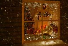 Εγχώρια φω'τα διακοπών παραθύρων Χριστουγέννων, διακοσμημένο δωμάτιο χριστουγεννιάτικο δέντρο Στοκ Εικόνα