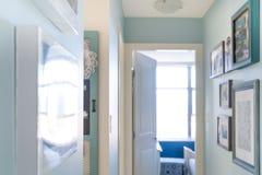 Εγχώριος διάδρομος με τα πλαίσια εικόνων ως τέχνη τοίχων, για το εσωτερικό ντεκόρ με το ταίριασμα της μπλε εργασίας σχεδίου και τ στοκ εικόνα