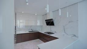 Εγχώριος εσωτερικός περίπατος σε όλη την κουζίνα σύγχρονο διαμέρισμα φιλμ μικρού μήκους