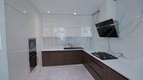 Εγχώριος εσωτερικός περίπατος σε όλη την κουζίνα σύγχρονο διαμέρισμα απόθεμα βίντεο
