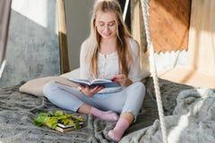 Εγχώριος comfy χαλαρωμένος ελεύθερος χρόνος βιβλίων ανάγνωσης γυναικών στοκ εικόνες
