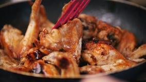 Εγχώριο άχρηστο φαγητό - τηγανίζοντας φτερά κοτόπουλου που προετοιμάζονται στο βράζοντας πετρέλαιο Στοκ Εικόνες