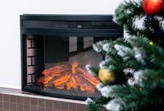 Εγχώριο εσωτερικό καθιστικών με τη διακοσμημένα εστία και το χριστουγεννιάτικο δέντρο στοκ εικόνες
