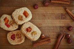 Εγχώριο μαγείρεμα, κέικ μπισκότων με τους ξηρούς καρπούς, τα φουντούκια και τα ραβδιά κανέλας στο ξύλινο υπόβαθρο στοκ φωτογραφία με δικαίωμα ελεύθερης χρήσης