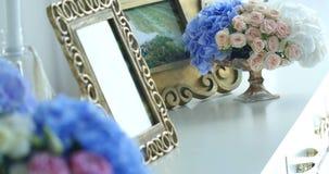Εγχώριο ντεκόρ με τα πλαίσια και τα λουλούδια φωτογραφιών απόθεμα βίντεο