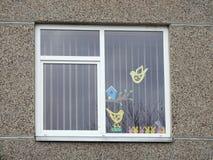 Εγχώριο παράθυρο με τα μοσχεύματα εγγράφου Πάσχας, Λιθουανία στοκ φωτογραφία με δικαίωμα ελεύθερης χρήσης
