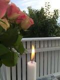 Εγχώριο πεζούλι με τα λουλούδια και το φως κεριών Στοκ Εικόνα