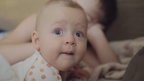 Εγχώριο πορτρέτο επτά μηνών κοριτσάκι με τα ευρύς-ανοιγμένα μπλε μάτια απόθεμα βίντεο
