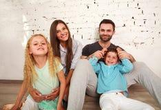 Εγχώριο στούντιο νέων ευτυχών οικογενειακών γονέων και δύο παιδιών Στοκ φωτογραφία με δικαίωμα ελεύθερης χρήσης