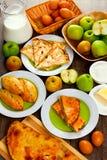Εγχώριο ψήσιμο με τα μήλα Στοκ Εικόνες
