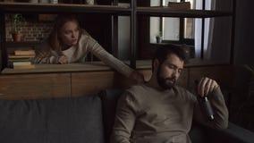 Εγωιστικό οινόπνευμα κατανάλωσης ατόμων στον καναπέ απόθεμα βίντεο