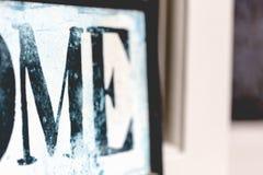 Εγώ σκοτεινές γρατσουνισμένες τρύγος επιστολές άσπρο στενό σε επάνω πινάκων Στοκ φωτογραφία με δικαίωμα ελεύθερης χρήσης