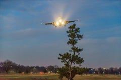 Εδάφη αεροπλάνων αμμώδες σημείο αερολιμένων του Ronald Reagan Ουάσιγκτον στο εθνικό τη νύχτα στοκ φωτογραφίες
