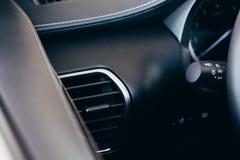 Εδαφοβελτιωτικό αυτοκινήτων Η ροή αέρα μέσα στο αυτοκίνητο Εσωτερικό λεπτομέρειας Αεραγωγοί, deflectors στην επιτροπή αυτοκινήτων στοκ εικόνα με δικαίωμα ελεύθερης χρήσης