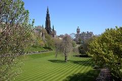 ΕΔΙΜΒΟΥΡΓΟ, SCOTLANDÂ: Τα χρώματα άνοιξη στην οδό πριγκήπων καλλιεργούν με το μνημείο του Scott και το ξενοδοχείο Balmoral στο υπ Στοκ εικόνες με δικαίωμα ελεύθερης χρήσης