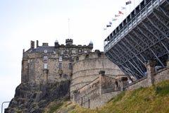 Εδιμβούργο Castle στο Καστλ Ροκ βλέπω από στο κέντρο της πόλης, Σκωτία, Ηνωμένο Βασίλειο, θερινή ημέρα στοκ εικόνα