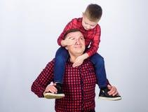 Εδώ είμαι Πραγματική χαρά r r πατέρας και γιος στο κόκκινο ελεγμένο πουκάμισο o _ μικρό παιδί στοκ εικόνες