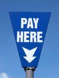 εδώ πληρώστε το σημάδι στοκ εικόνα με δικαίωμα ελεύθερης χρήσης
