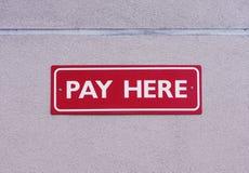 εδώ πληρώστε το σημάδι Στοκ Εικόνες