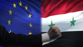 ΕΕ εναντίον της αντιμετώπισης της Συρίας, διαφωνία χωρών, πυγμές στο υπόβαθρο σημαιών απόθεμα βίντεο